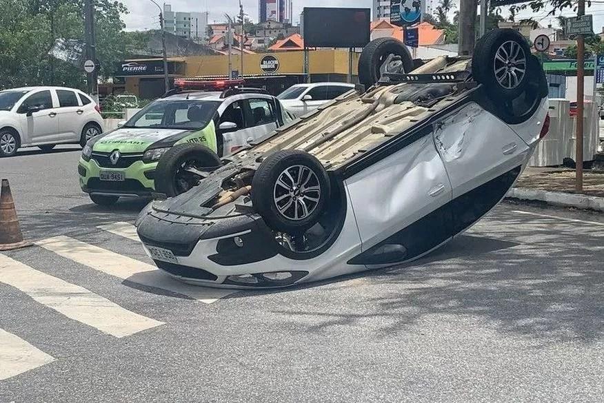 Padre perde controle de carro após colisão e veículo capota