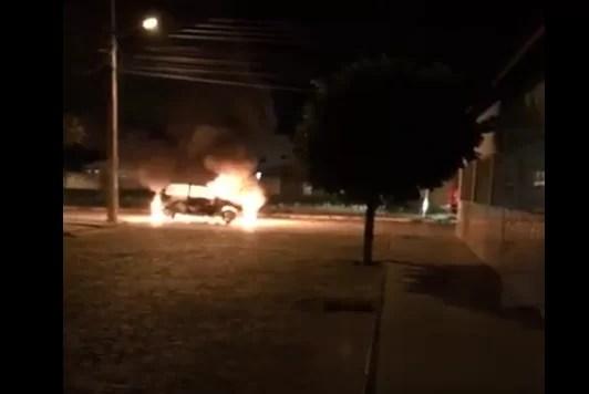 Carro com problemas pega fogo um dia após sair da oficina em Pau dos Ferros/RN