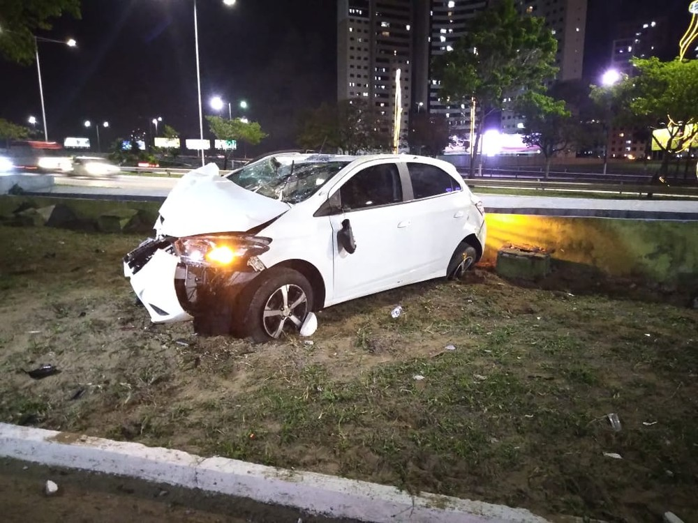 Motorista perde controle do carro e derruba poste na marginal da BR-101, em Natal
