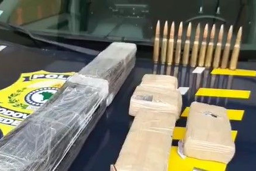 Mais de 63kg de drogas são encontrados em tanque de combustível e nas portas de veículo apreendido