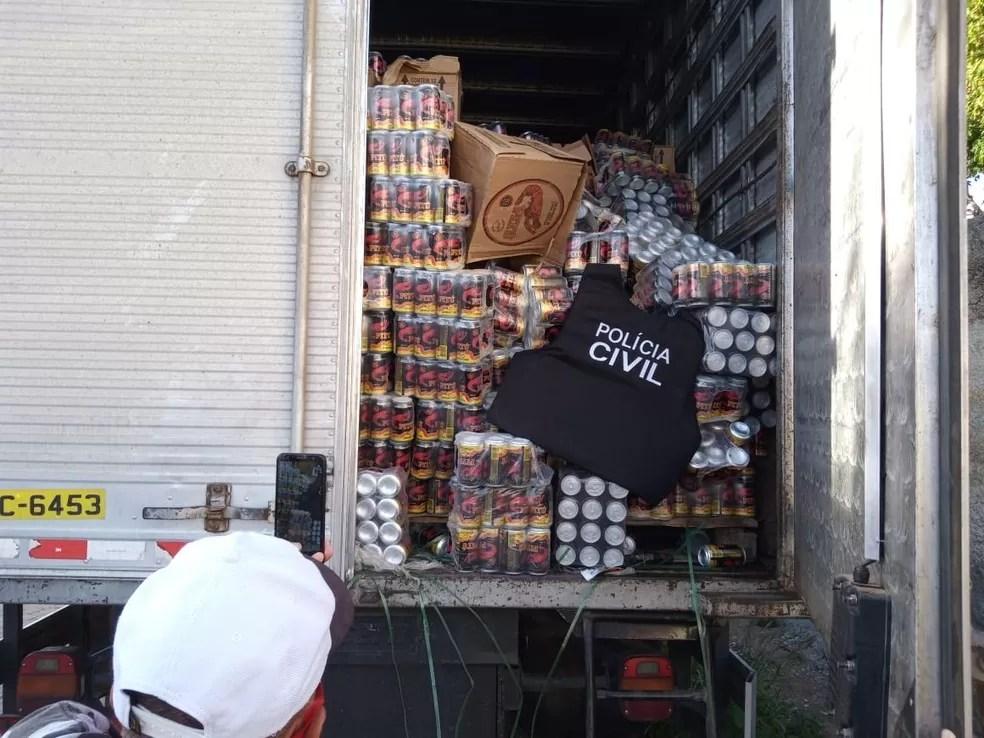 Caminhão é apreendido com carga de cachaça roubada no Cariri paraibano e 8 pessoas são presas