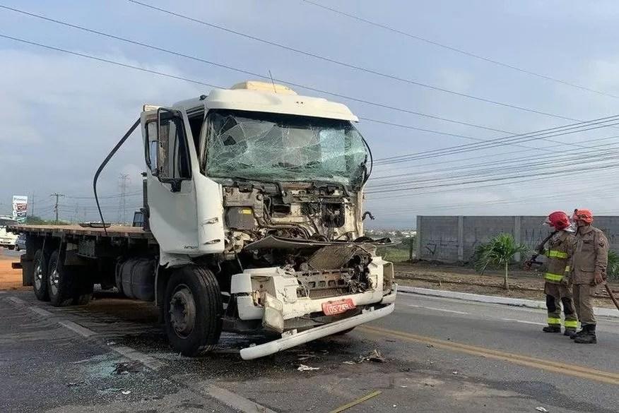 Motorista fica ferido durante colisão envolvendo caminhões na BR-230