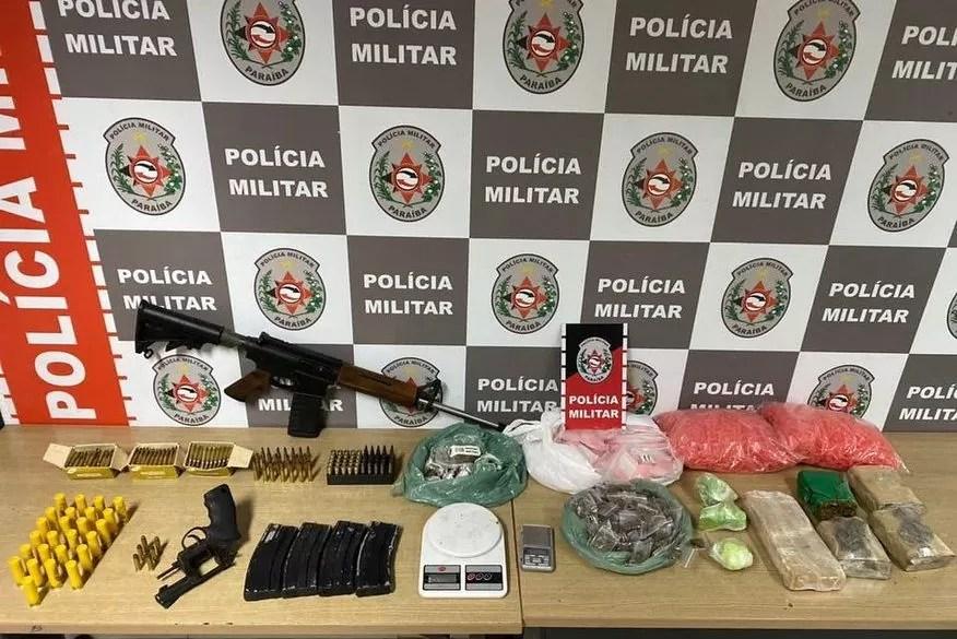 Após denúncias, Polícia encontra fuzil, munições e drogas enterrados em barris em uma propriedade de João Pessoa