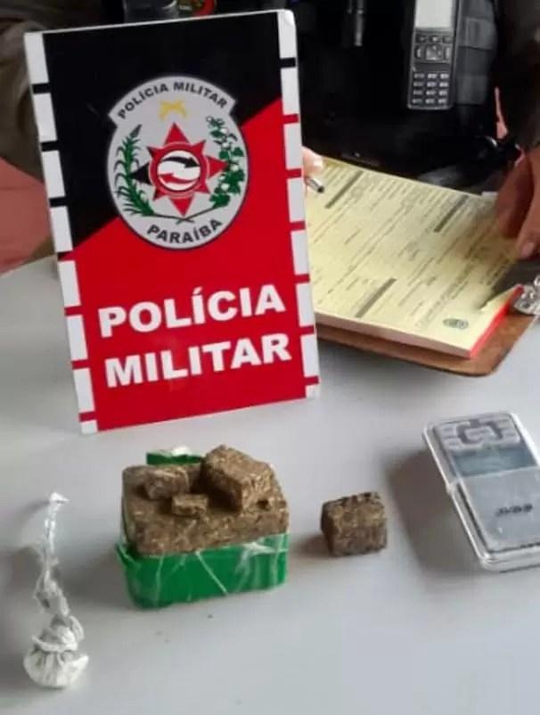 POLICIA MILITAR APREENDE DROGAS E PRENDE UM DOS SUSPEITOS APONTADOS COMO AUTORES DO CRIME DE HOMICÍDIO NA MADRUGADA DE HOJE EM  SOUSA