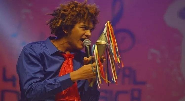 Cantor pombalense Elon Barbosa não venceu festival de música, mas ganhou a torcida do governador