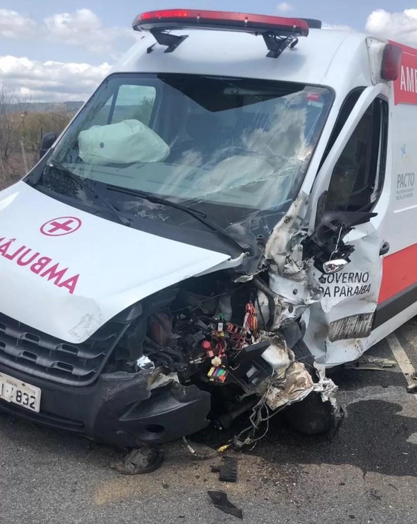Homem morre em acidente entre carro e ambulância, no Agreste da Paraíba