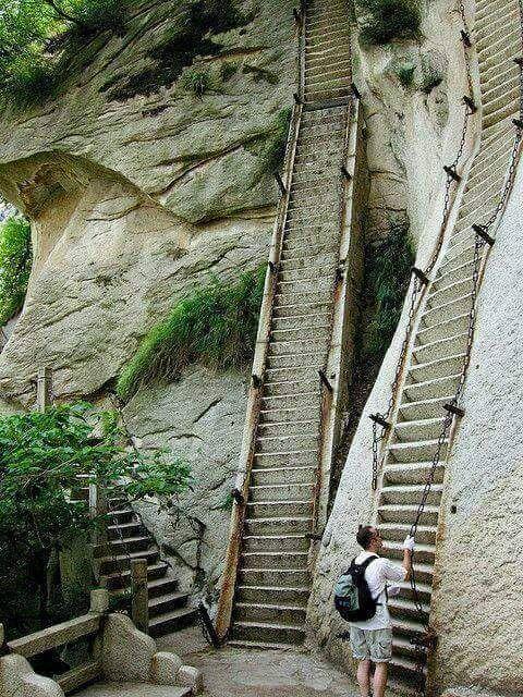 Mendaki Tebing Curam