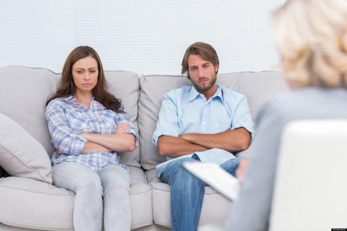 Nggak ada salahnya mengkuti couple therapy. Gambar via: www.huffingtonpost.com