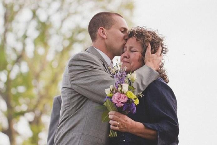 Sayang sama mama, sayang juga sama calon istrinya. Gambar via: hertrack.com