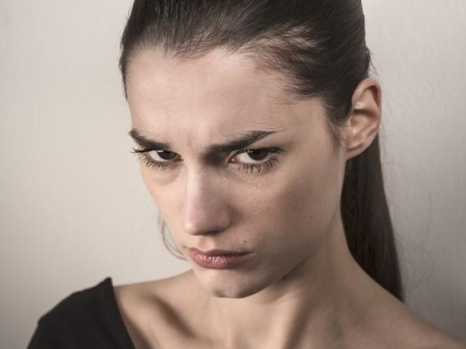 menahan rasa kesal dan juga kecewa terlalu lama juga bisa membuat hubungan kalian menjadi tidak baik. rasa kesal dan kecewa itu bisa membuat perasaan cinta kalian menjadi hilang. gambar via: www.isigood.com