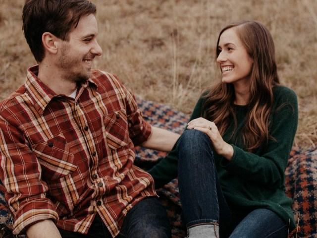 kamu dan dia masih sama-sama tidak menyangka bahwa akan menikah dengan teman sendiri. gambar via: www.seputarpernikahan.com