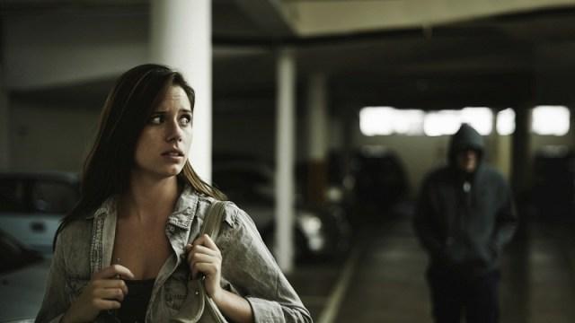 Nggak percaya dengan omonganmu, pasangan nekat menguntit kemanapun kamu pergi. Gambar via: www.sheknows.com