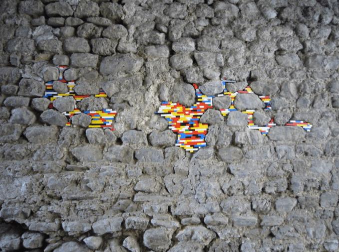 Menaruh Lego Di Sela-Sela Batu