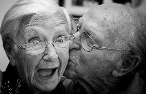 Mencium Pasangan