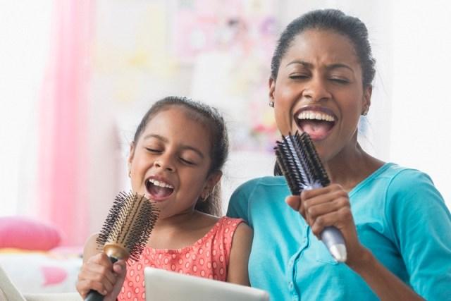 Dulu kecil sering menyanyikan lagu favorit ibu bersamanya. Gambar via: www.sheknows.com