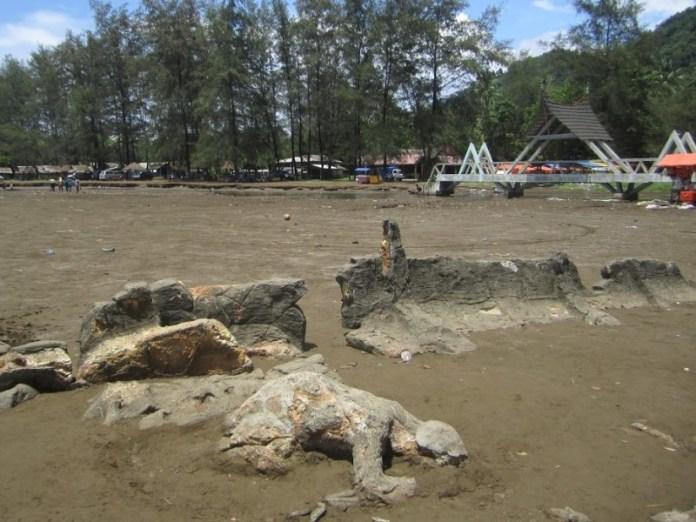 batu maling kundang di pantai aie manih. gambar via: Bobo Cantik