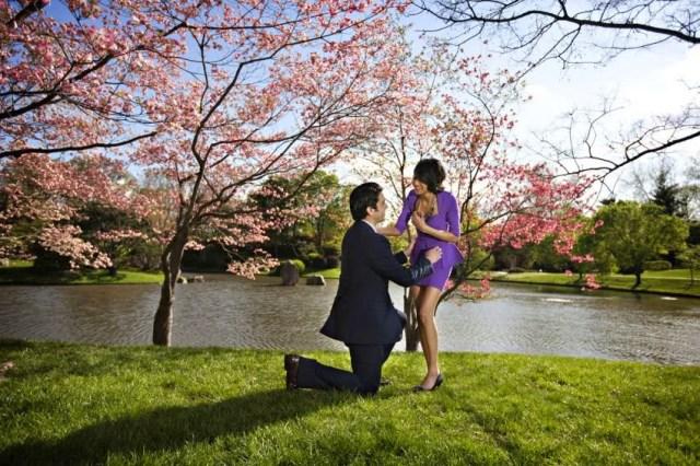 Melamar wanita di taman