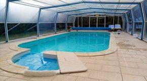 Les avantages et inconvénients de mettre en place un abri de piscine