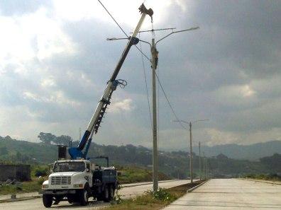 Hincado de postes bulevar Reformadores Villa Nueva