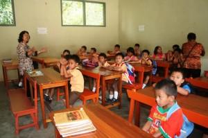 Guru SD mengajar di sebuah sekolah di Pulau Bangka
