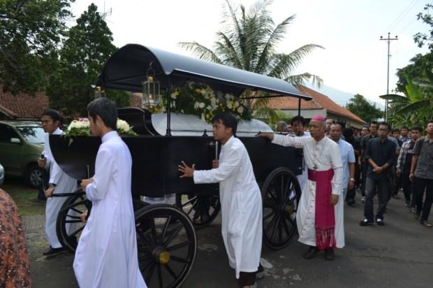 Pemakaman Romo Sumarya SJ Bapak Uskup Mgr Pujasumarta dorong kereta jenazah ok