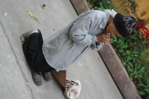 Perempuan renta Hanoi berdoa ok