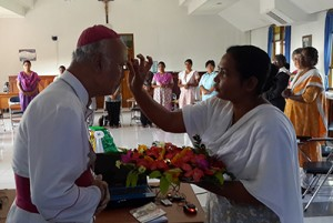Mgr. Pujasumarta (kiri) sedang diberi tanda bindi di dahi sebagai penghormatan / dokpri Romo Aloysius Budi Purnomo