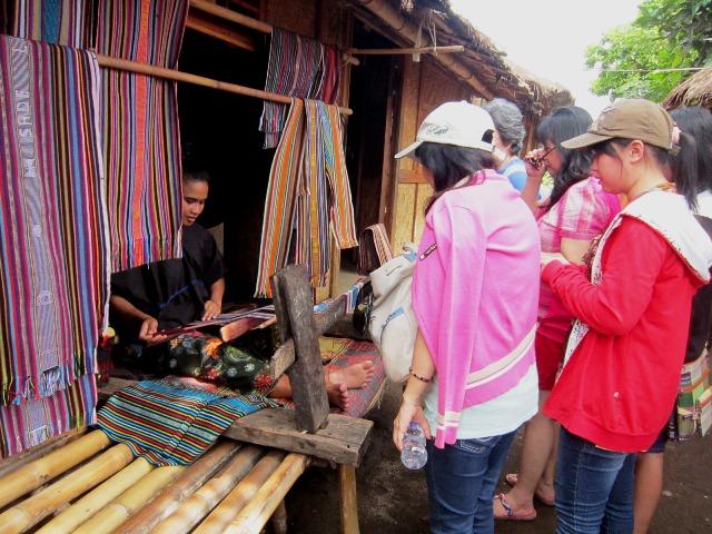 Kampung Sade Sasak Lombok perempuan memintal ok