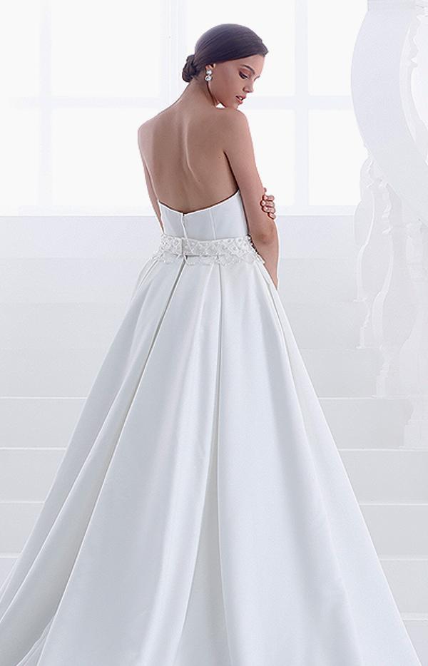 Abito da sposa lungo modello Teodora senza spalline cintura in pizzo e perle vista posteriore