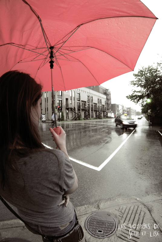 blog voyage canada montreal pvt couple tour monde photo pluie umbrella parapluie girl sad