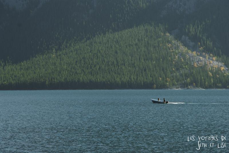 blog photogaphie pvt pvtiste canada alberta rocheuses montagne couple voyage tour du monde paysage nature lac lake minnewanka boat bateau