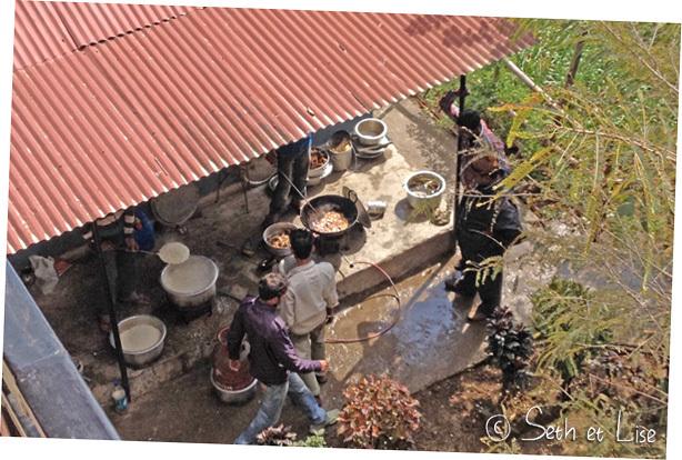 Un groupe de 30 indiens débarque à la guesthouse, ils improvisent une cuisine dans la cour.