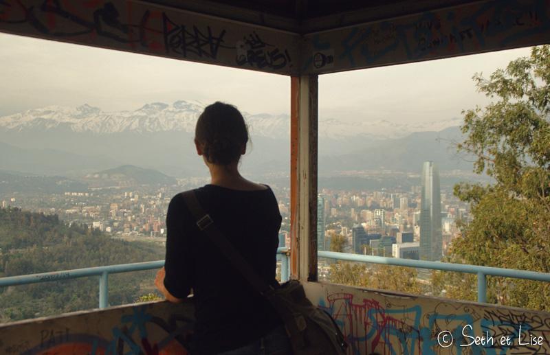 lise qui observe la vue depuis la tour d'observation