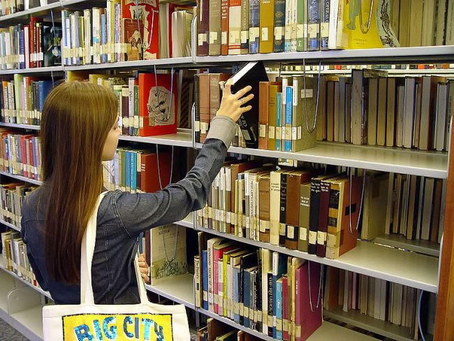 800px-SanDiegoCityCollegeLearingRecourceCity-bookshelf-1