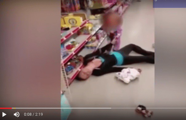 VIDEO: Pequeña reanima a su madre drogada en el súper