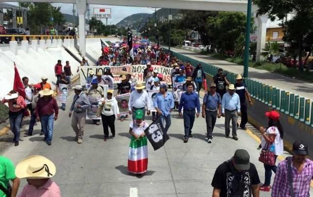 Marchan maestros en la Autopista del Sol