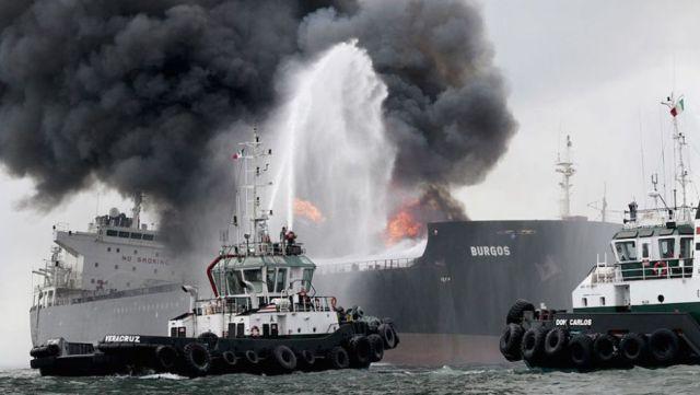 Buscan estrategias para sofocar fuego en buque tanque Burgos