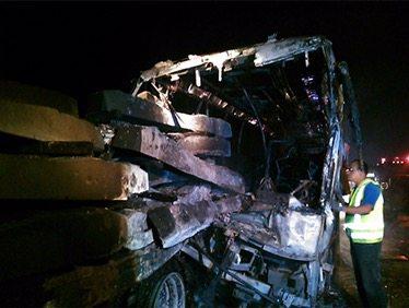 Mueren calcinados 13 pasajeros de autobús en Veracruz