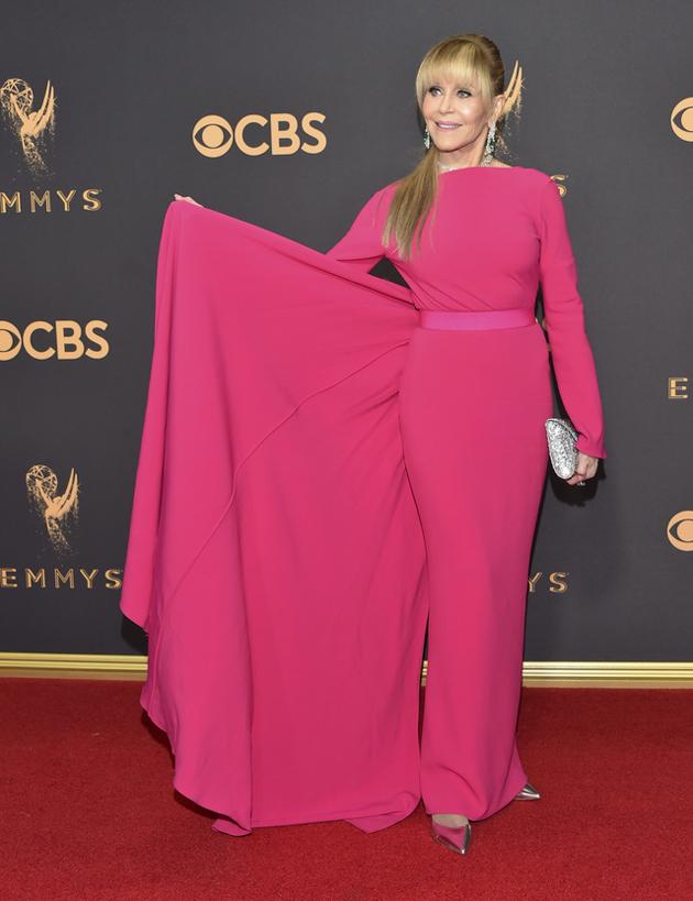 La alfombra roja se llena de estrellas para un Emmy muy político