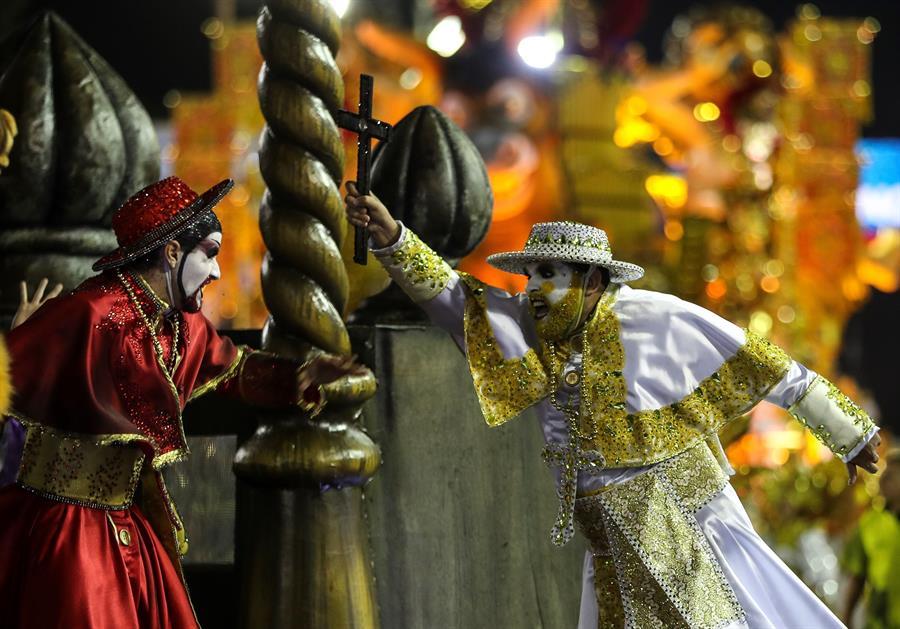 Ídolos negros en un Brasil de discriminaciones gritan en el Carnaval de Río