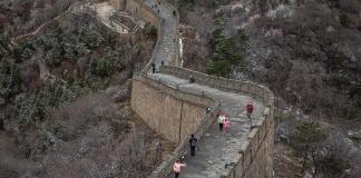 """La Gran Muralla resiste el """"asedio"""" del coronavirus y reabre sus puertas"""