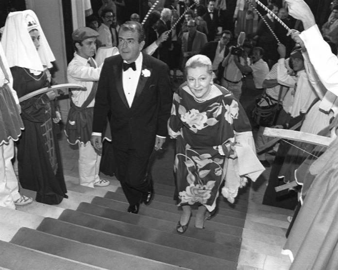 Joan Fontaine en el momento de entrar en el Palacio del XXX Festival Internacional de Cine de San Sebastián
