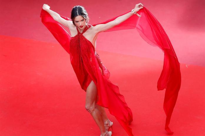 La actriz y modelo brasileña Alessandra Ambrosio. EFE/ Sebastien Nogier/Archivo