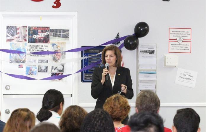 Fotografía de archivo fechada el 15 de mayo de 2017 que muestra a la senadora demócrata por Nevada Catherine Cortez Masto mientras participa en un foro comunitario, en Las Vegas, Nevada (EE.UU). Joe Biden necesita un nombre femenino para la recta final de su campaña. EFE/ Adriana Arévalo