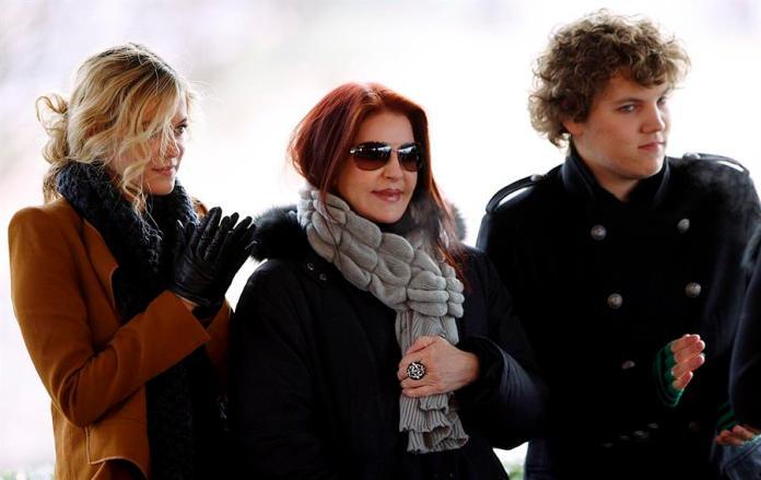 La ex-esposa de Elvis Presley, Priscilla Presley (c) acompaña a sus nietos Riley Keough (i) y Benjamin Keough, durante la celebración del que habría sido el 75 cumpleaños de Elvis Presley, en una imagen de 2010. EFE/Lance Murphey./Archivo
