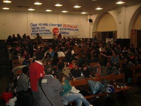 Alumnos encerrados en la Facultad de Historia