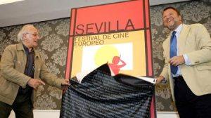 El director de cine Carlos Saura junto al Alcalde de Sevilla, Sánchez Monteseirín, en la inauturación del VI Festival de Cine Europeo