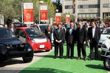 Monteseirín junto al Alcalde de Madrid, Ruíz Gallardón, el Ministro de Industria, Turismo y Comercio, Miguel Sebastián, y los coches eléctricos