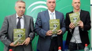 El consejero Alonso, junto a los autores del libro