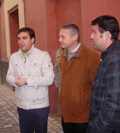 Alberto Moriña, delegado del distrito Triana, visitó ayer las obras concluídas de mejora de la red de abastecimiento y saneamiento